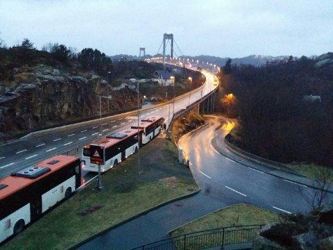 Bussene står på rekke og rad. All veiforbindelse mellom Sotra og Bergen er stengt.