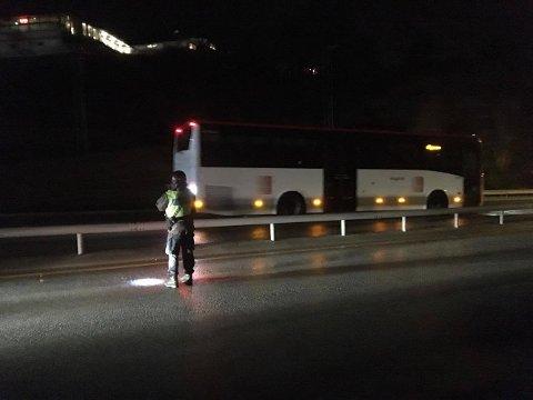 Bussen oppdaget at vinden tok tak i motorlokket, og rygget derfor tilbake.