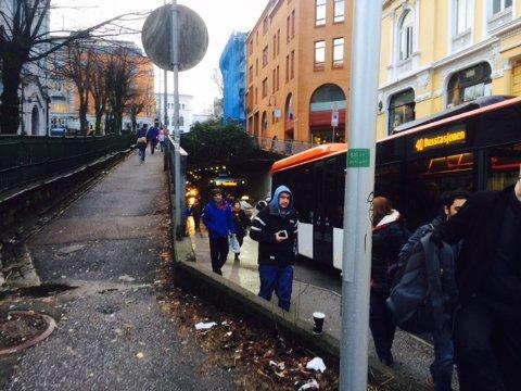 Folk går ut av Sydnestunnelen i Bergen sentrum.
