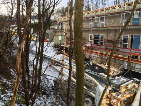 Fem personer er lettere skadet etter at denne byggekranen veltet på Fantoft.