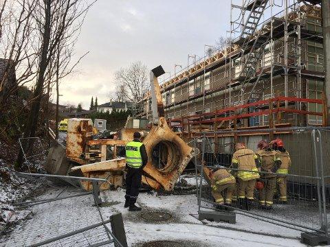 En 40 meter høy byggekran veltet på Fantoft. Fem personer ble lettere skadet.