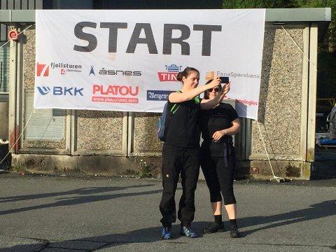 Mange deltakere tok selfie i startområdet.