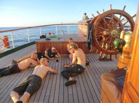 Sol og 18 grader i skyggen er langt fra ukomfortabelt for mannskapet. Det meldes om god stemning ombord.