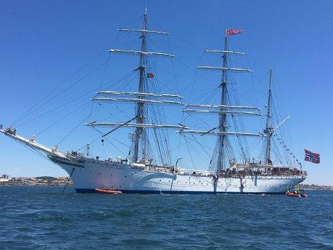 Statsraad Lehmkuhl fikk førsteplassen for de store klasse A skutene under The Tall Ships Races på etappen Antwerpen-Lisboa. Nå har Statsraaden også sikret seier i andre etappe, og iligger dermed godt an før tredje og siste etappe av regattaen. Bilde av skuta for anker i Cascais.