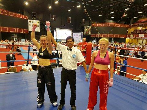 Mariell Gaassand Straume (t.v.) slo polske Anna Szymanska i kvartfinalen i junior-VM i kickboksing i Dublin. Nå venter en gammel rival i semifinalen!