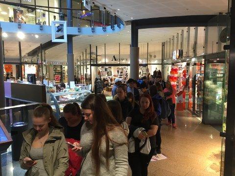 Det oppsto metervis med kø utenfor den nye Cutters-salongen i Bergen sentrum fredag, da de tilbudte seg å klippe folk gratis.
