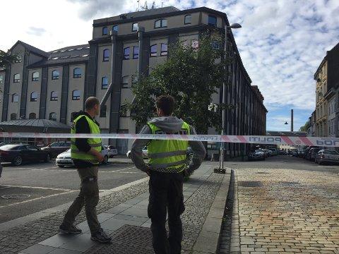 Politiet evakuerte et større område utenfor TV2-huset da evakueringen pågikk.