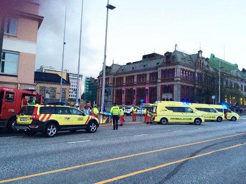 70 personer ble evakuert, og fire personer ble hentet ut av det brennende bygget.