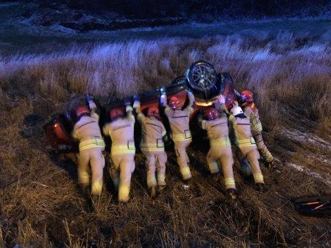Sterke brannmenn tro til og fikk snudd en bil som landet på taklet etter en ulykke i Kvinnherad tirsdag ettermiddag.