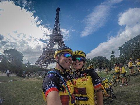 Obligatorisk selfie i Paris må til når man har syklet fra Oslo til den franske hovedstaden. Her er Ingerd Lene Nyheim og ektemannen Gjøran Veiset foran Eiffeltårnet.