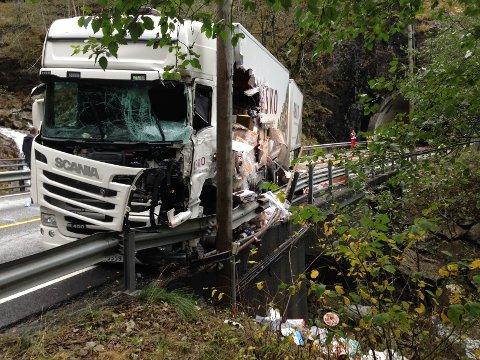 Vogntoget har fått store skader, og står midt mellom tunnelene. Det skal ha gått bra med sjåføren, opplyser Asko.