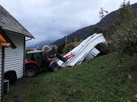 Bare flaks gjorde at hverken gårdshuset eller bilene på tunet ble truffet av låvetaket.