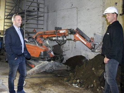 – Når gravemaskinen står her nede – da vet vi at vi er i gang, humrer Bjarte Ystebø (t.v.) under bakgården.