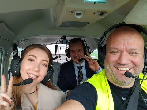Lisa Raum Pettersen kunne neppe fått en bedre bursdag. Bak den romantiske frieren Are Haslum og pilot Thomas Jamne.