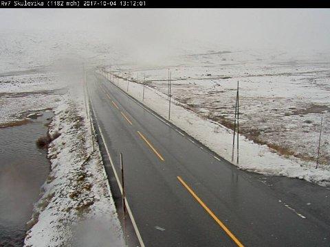På riksvei 7 ved Skulevika på Hardangervidden er det snø i veikanten, men veiene var fortsatt bare onsdag ettermiddag.