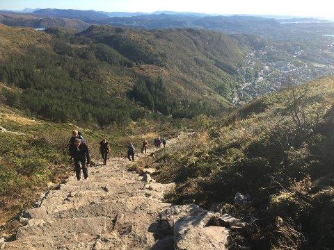 Også de som er nærmest på sherpaene under bergensoppholdet, er full av beundring av hva disse fantastiske karene fra fjellandet Nepal klarer å utrette. Selv de største steinene som ligger rundt i  terrenget klarer de få på plass. Dette bildet viser en jevn strøm av folk som prøvde Oppstemten sist søndag. (Foto: LINDA NILSEN)