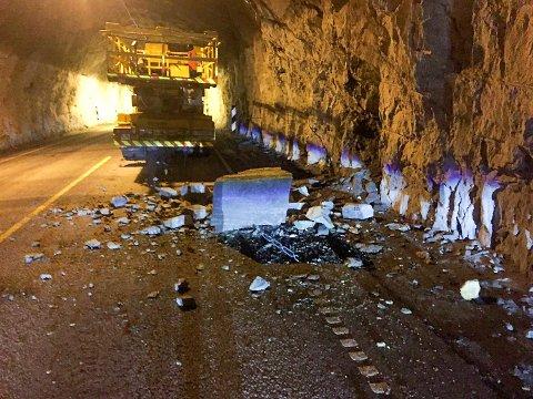 Tirsdag kveld kom det melding om at det raste ned stein fra tunneltaket i Nakkagjelstunnelen på E16. Tunnelen ble stengt fordi det hang en stor stein fast i armeringsjernet ned fra tunneltaket.