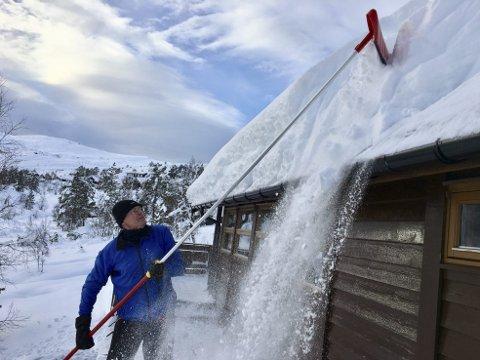 Johnny Knudsen tok ikke sjansen på å la snøen ligge på hyttetaket. I løpet av noen timer tirsdag ettermiddag hadde han og konen Gullbjørg Knudsen måkt taket fritt for snø. – Det er eventyrlige forhold her oppe nå, forteller han.