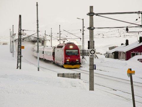 NSB stiller med ekstrabemanning og ekstraavganger langs Bergensbanen. Her ved Finse i fjor.