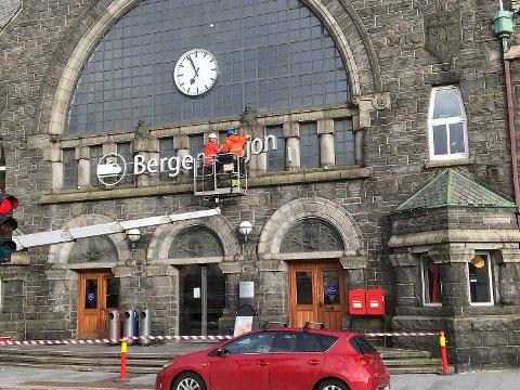 Her fjernes det omdiskuterte skiltet «Bergen stasjon», som Bane Nor hadde fått montert på fasaden til Jernbanestasjonen.