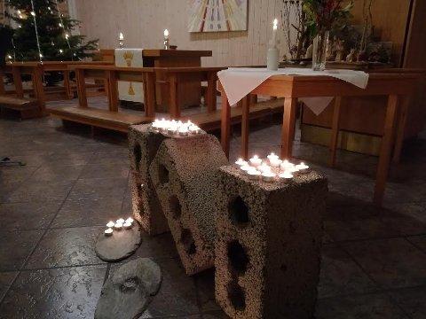 De oppmøtte tente lys for å minnes den omkomne.