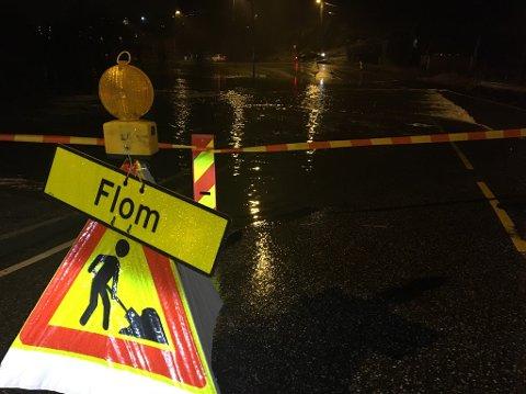 Veien er stengt i Sædalen på grunn av oversvømmelse.