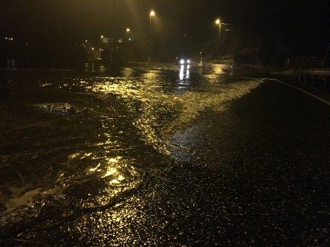 På grunn av mye nedbør er det mye vann i veibanen flere steder.