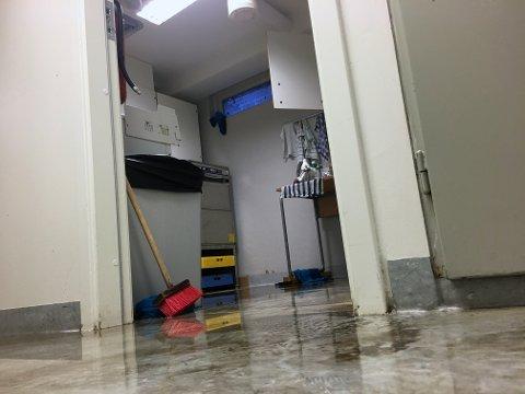 Vannet rant inn vinduene i første etasje, og spredde seg gjennom barnehagen.