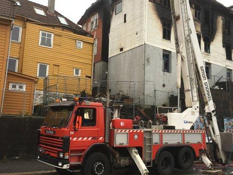 Brannen var nær å spre seg til Bratlandssmauet 10, som er det gule bygget til venstre. Brannvesenet slo hull i taket for å hindre at det begynte å brenne.
