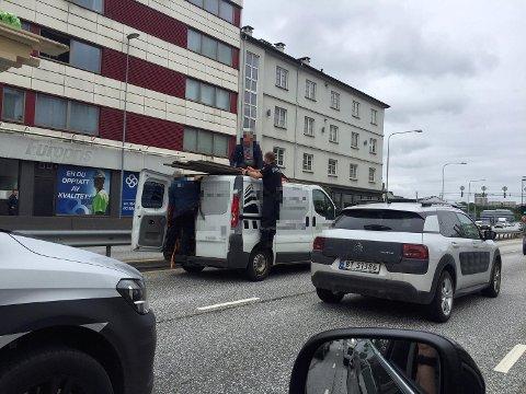 Da terrassebord løsnet fra taket på denne varebilen, hjalp politiet til med å sikre lasten skikkelig.