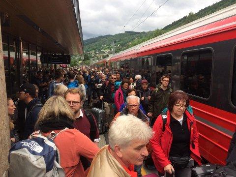 Det har vært kaos på Voss stasjon lørdag.