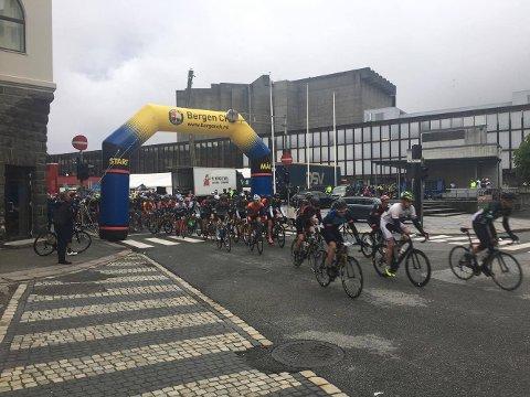 En kvinne skal ha blitt alvorlig skadet etter en velt på sykkelrittet Bergen-Voss. dette bildet er tatt ved start.