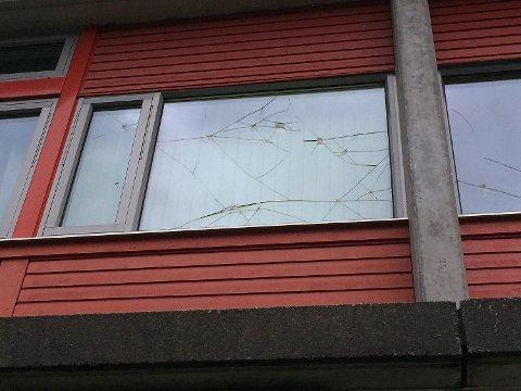 30 vindu ble i helgen knust og ødelagt på Sandgotna skole. Saken er anmeldt og politiet etterforsker saken.