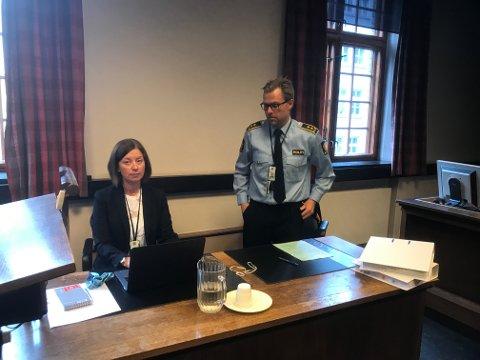 Politioverbetjent Sigrid Nes Sverdrup og påtaleansvarlig Ørjan Ogne i fengslingsmøtet mandag.