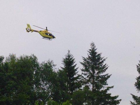 Luftambulansen tok med seg mannen til sykehus.