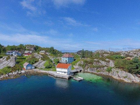 Ønsket av flere: Skinnhueneset 91 på Bømlo. Både det hvite og det blå naustet hører til eiendommen. Foto: Meglerhuset Rele