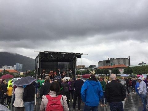 Rundt 200 mennesker hadde møtt opp på Festplassen under verdensdagen for overdoser.