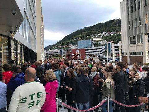 Det er lange køer utenfor medielandsbyen. Publikum venter på partilederdebatten.