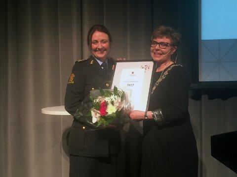 Hilde Reikrås fikk prisen som Årets hordalending 2017 av fylkesordfører Anne Gine Hestetun.