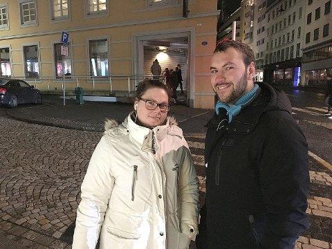 Lillian Johannessen (30) og broren Leffe Johannessen (23) skal tilbringe natten i kø utenfor Vinmonopolet i Valkendorfsgaten.