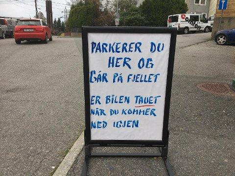 Bunnpris ønsker ikke at turgåere skal sette fra seg kjøretøy utenfor butikken. Nå har sjefen satt opp skilt med klar melding til de som prøver seg.