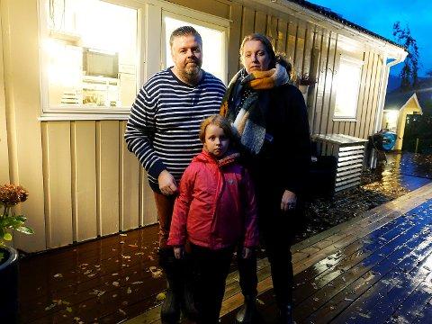 Thomas Aarevoll Sørensen, Kristin Aarevoll og datteren Kaisa frykter ny lekkasje i huset i Nordre Skogveien. Nå våger de ikke forlate huset.