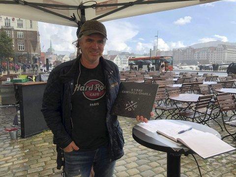 Initiativtaker Roger Iversen viste frem Kygos stein under BAs livesending før Kygo-konserten på Koengen i slutten av august.a