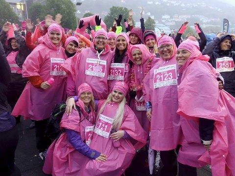 Kreftsyke Janne Follesø (nummer tre bak fra venstre) fikk brystkreftdiagnosen og går på cellegift. Hun hadde med seg sin søster og en gjeng venninner på løpet. FOTO: BENTE-LINE SVELLINGEN