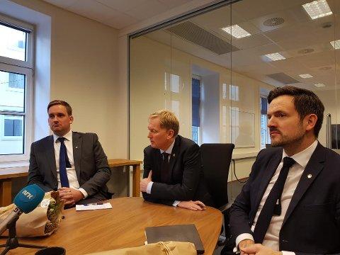 (f.v.) Håkon Pettersen blir presentert som finansbyråd sammen med Harald Schjelderup og Dag Inge Ulstein.