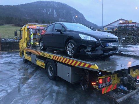 Bilen fikk tydelige skader i fronten etter sammenstøtet.