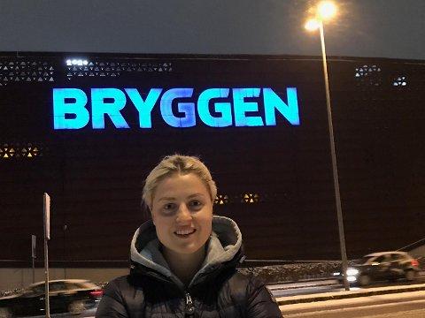 Ingrid Marie Spord i Danmark i går, på vei hjem gjennom Europa i bil. Og jammen hadde hun ikke funnet et hjemlig bakrunnsmotiv for en selfie. Deilig å være Spordsk i Danmark!