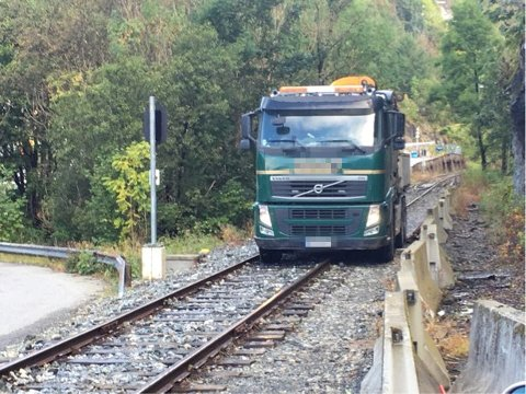 Rundt 20 biler benyttet seg av jernbanesporene bare i høst.