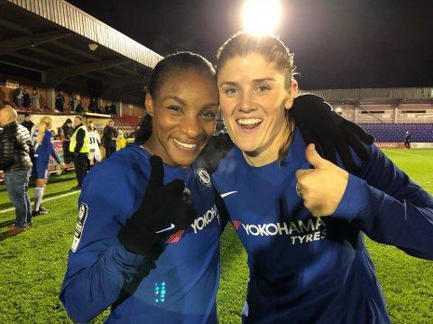 Maren Mjelde og Chelsea kjemper for tre trofeer i vår: Ligaen, FA-cupen og Mesterligaen. Her står Mjelde sammen med lagvenninne Crystal Dunn.