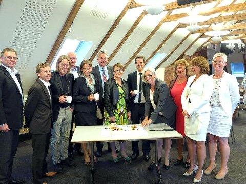 Samferdelskomiteen jubler for å ha fått Ringeriksbanen inn i NTP i 2013. FOTO: PRIVAT